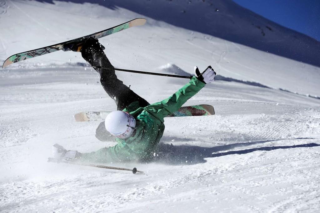 na harde klap dient een skihelm vervangen te worden
